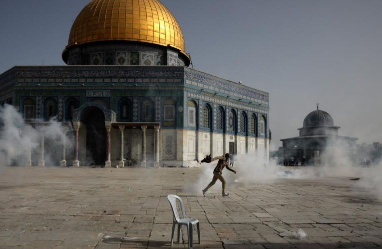 Hundreds of Palestinians injured in Israeli police clashes as tensions soar in Jerusalem