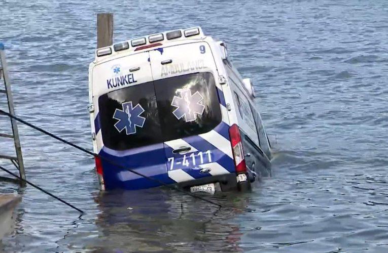 فيديو يظهر لحظة سقوط سيارة إسعاف مسروقة في المياه.. ما قصتها؟
